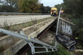 Un conductor pierde el control y cae al cauce de un torrente
