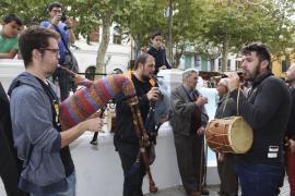 Los 'flabiols' y las 'xeremies' amenizan sa Pobla con sonido y buen ambiente
