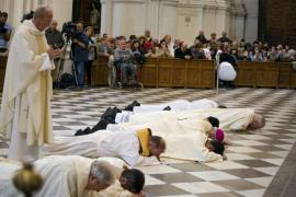 El arzobispo de Granada se postra para pedir perdón por los abusos