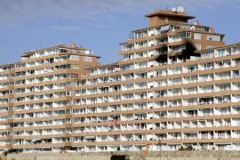 Un incendio deja dos apartamentos quemados en un edificio de Port Adriano