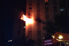 Diez intoxicados y más de cien evacuados al incendiarse un piso en es Coll