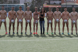 Los jugadores del Platges de Calvià se desnudan en un calendario solidario
