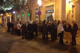 Unas 70 personas se reúnen frente a la sede del PP para mostrar su apoyo a Isern