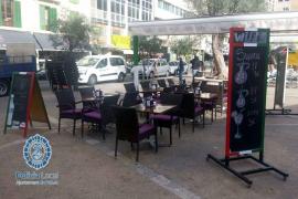 La Policía Local retira el mobiliario de una terraza ilegal en la plaza del Olivar