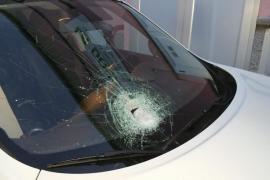 Buscan a un hombre que lanzó una piedra contra un coche en la autopista de Inca