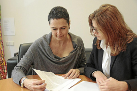 Diana Díaz y Maria Darder defienden a los afectados por la compra de preferentes en las Islas