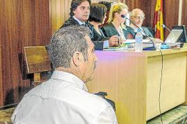 Roque López (de espaldas) y Tuells (al fondo) que no ocupó su lugar en el banquillo de los acusados