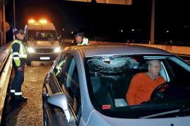 Una mujer resulta herida por una piedra lanzada contra su vehículo