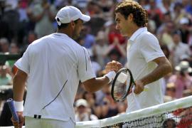 Federer sufre en su debut ante Falla y Feliciano salva el papel de la 'Armada'