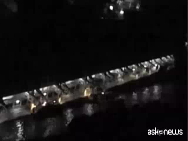 Un vídeo muestra al capitán del Concordia a la espera de abandonar el barco