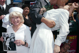 Muere la enfermera de la famosa foto del beso