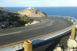 La carretera al faro de Formentor ya luce nuevo asfaltado y nuevas barreras