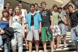 La policía recupera las pertenencias de los 21 estudiantes desvalijados en Cala Major