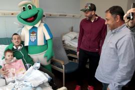 La plantilla del Atlètic Balears alegra la Navidad a los niños enfermos de Son Llàtzer