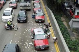 Un furgón mal cerrado brinda una inesperada «lluvia de millones» en Hong Kong