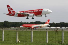 Indonesia suspende la búsqueda del avión de AirAsia por falta de luz