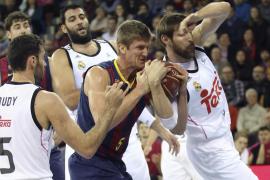 Un Barcelona más sólido en defensa supera a un Madrid muy irregular
