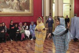 El Parlament recibe a los niños saharauis de la Escola en Pau
