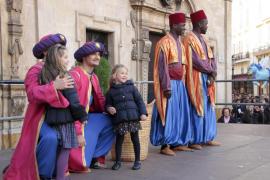 Los pajes de los Reyes Magos recogen las cartas de los niños de Palma
