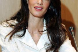 Amal Clooney acusa a Egipto de amenazarla con ser detenida