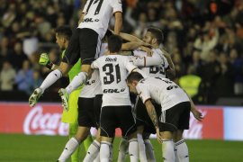 El Valencia remonta y trunca la racha del Madrid