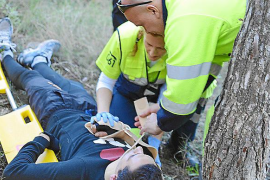Un joven se empotra contra un pino al dar un salto con la bici en Andratx