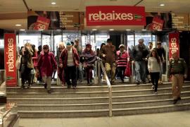 El Corte Inglés de Palma inicia sus rebajas con una importante  afluencia de clientes y descuentos de hasta el 50%