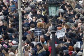 Miles de personas llenan ya la plaza de la República de París
