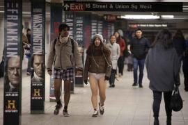 Cientos de neoyorquinos se quitan los pantalones en el metro como diversión