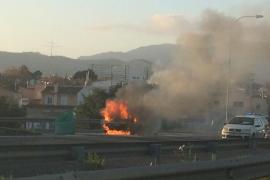 El incendio de un vehículo provoca grandes retenciones en la via de cintura