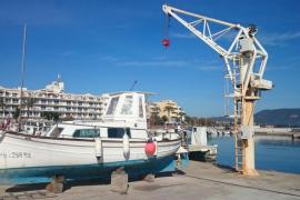 La falta del servicio de grúa de Ports deja 'varadas' las barcas de Cala Bona
