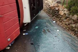 Un camión que contenía gasoil vuelca en Alaró
