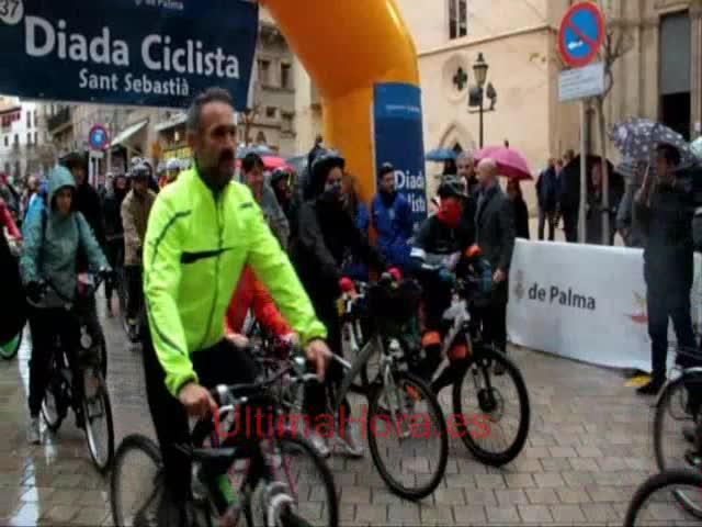 Miles de personas desafían al mal tiempo para participar en la Diada Ciclista