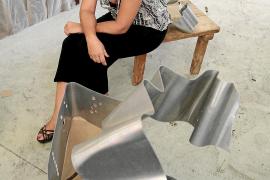 La escultora Paula Téllez recicla herramientas antiguas y las transforma en piezas artísticas