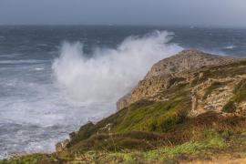 Mallorca y Menorca están en alerta naranja por olas de varios metros