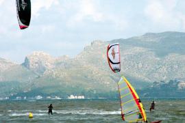 En estado de gravedad un surfista rescatado en la playa de sa Marina de Alcúdia