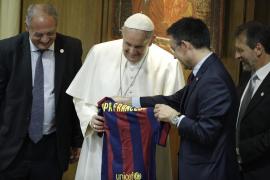 Bartomeu entrega al Papa una camiseta del Barça con su nombre en catalán