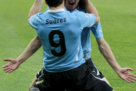 Uruguay primera en llegar a cuartos tras ganar 2-1