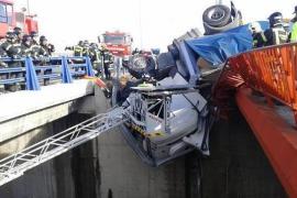 Atrapado un conductor en la cabina de su trailer, colgando en un puente de 9 metros en Madrid