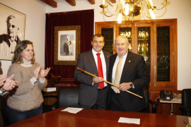 Joan Albertí entrega a Toni Aguiló la vara de Fornalutx