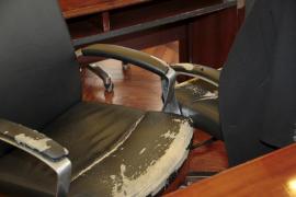 El mobiliario de la sala de comisiones del Parlament acusa el paso del tiempo