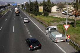 Retenciones en la Vía de Cintura tras perder un camión su carga