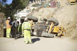 Un operario, herido al volcar la excavadora que manejaba en el Port de Andratx