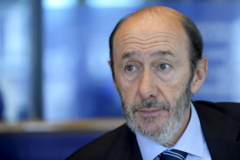 Rubalcaba responde a Rajoy que cambiar la Constitución no es la solución a la crisis