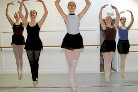 Bailarines profesionales unen fuerzas con aprendices en la Gala de Ballet