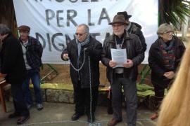 Jaume Santandreu se encadena en sa Casa Llarga