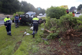 Herido un hombre al volcar su coche en la autopista de Llucmajor