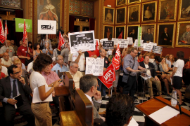 Vecinos de Santa Catalina y Son Cladera y los funcionarios protestan en Cort