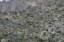 Un conductor resulta ileso tras caer por un acantilado de 50 metros con su coche