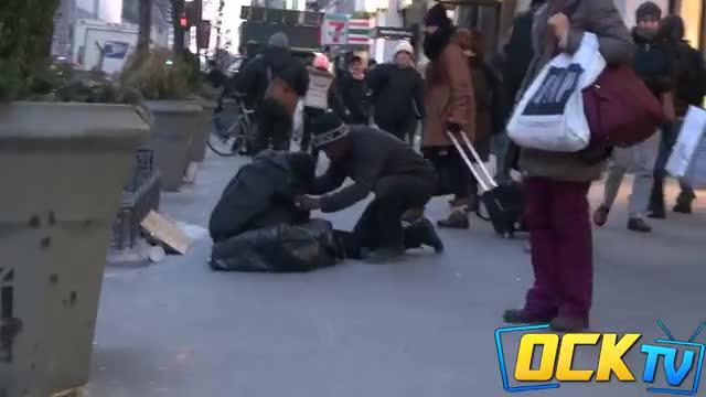 Un vagabundo da una lección de civismo en Nueva York